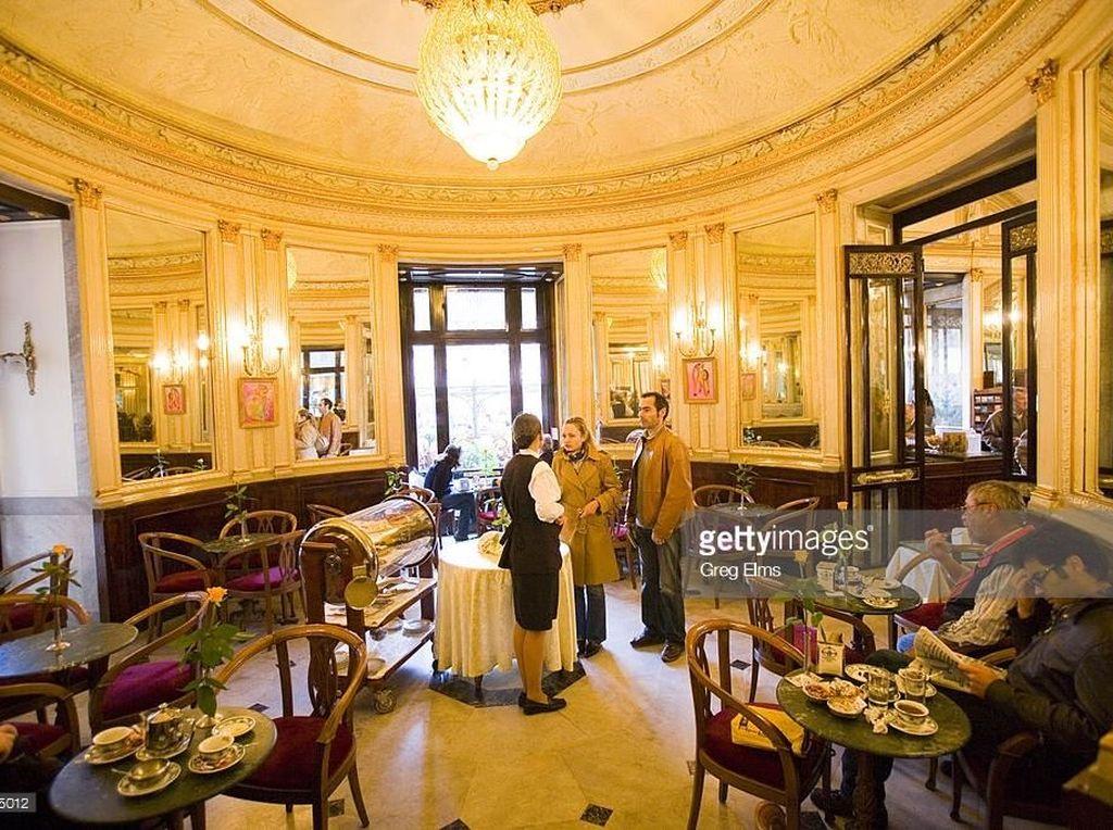 Kafe yang terletak di wilayah Naples, Italia ini punya interior yang sangat mewah. Oscar Wilde dan Ernest Hemingway sering berkunjung ke Cafe Gambrinus. Baik untuk menyesap secangkir kopi maupun secangkir hot cokelat. Foto: gettymage