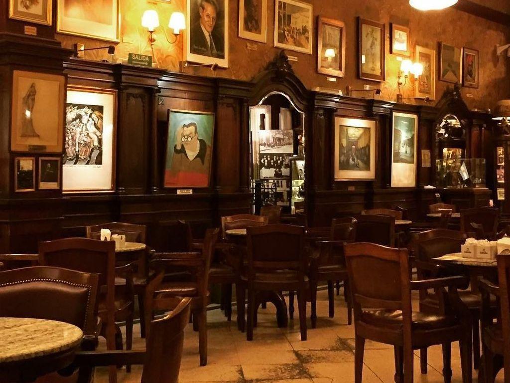 Walau buka coffee shop, kafe termewah di Buenos Aries ini menyajikan suasana yang sangat pas untuk ngopi di sore hari. Cafe Tortoni sudah berdiri sejak tahun 1858, lho.Foto: Istimewa