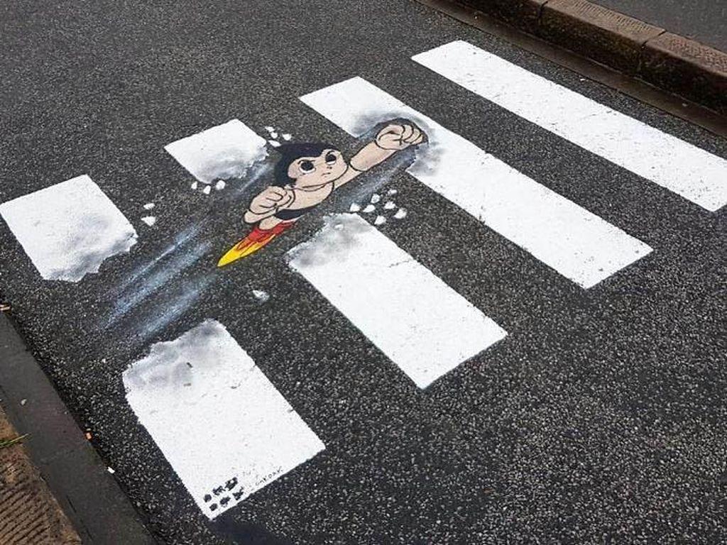 Bahkan ada Astro Boy di tengah jalan ini. Istimewa/Boredpanda/Instagram/Oakoak Street Art.
