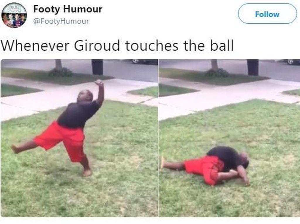 Bukan cuma di depan gawang, malah tiap pegang bola Giroud begini. Foto: Istimewa