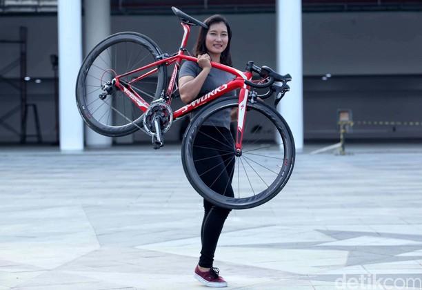 Aksi Crismonita Gotong Sepeda
