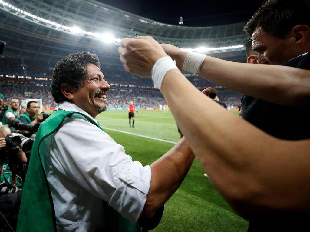 Untunglah, si fotografer tidak terluka usai tertindih para pemain Kroasia. Foto: Carl Recine/Reuters