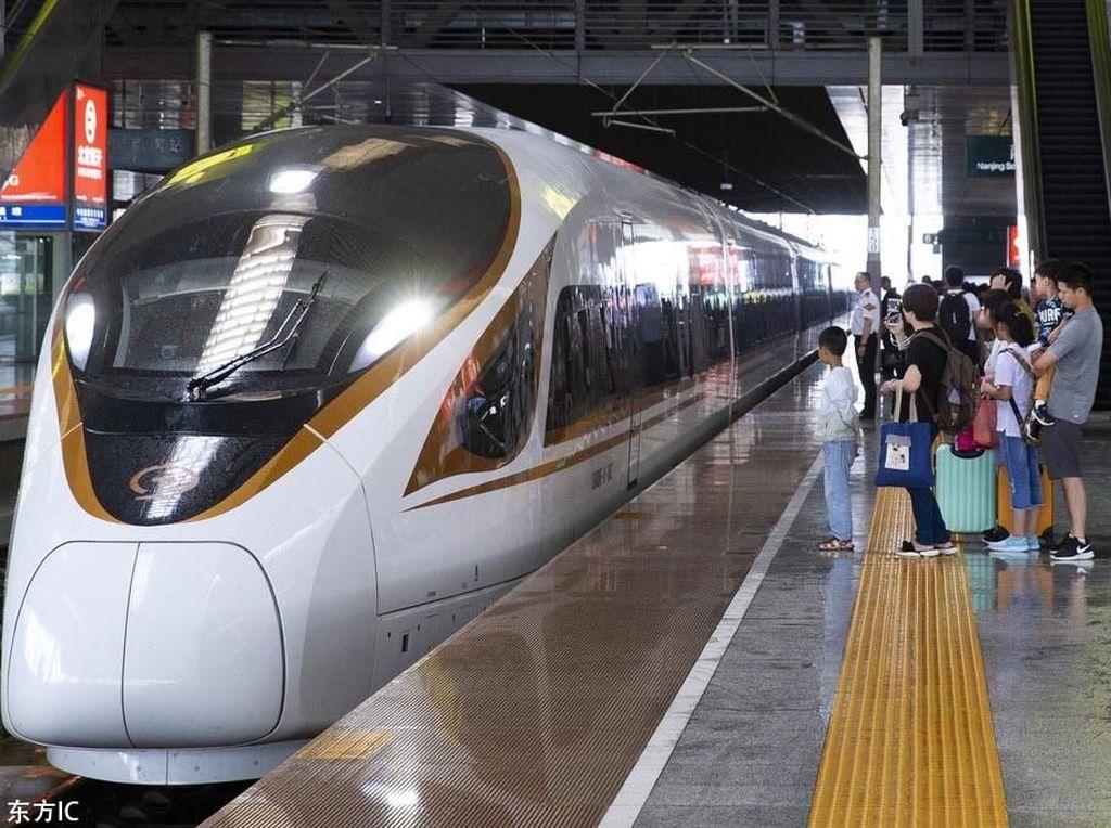 Dengan membawa 16 gerbong sekaligus, panjang kereta ini mencapai 400 meter lebih dan membuatnya menjadi kereta cepat terpanjang di dunia. Chinaplus/Istimewa.