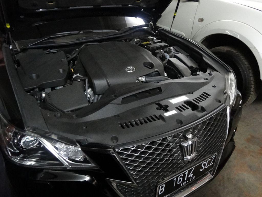Yang pertama adalah mobil Toyota Crown 2.5 Athlete G A/T tahun 2013 berkelir hitam. Mobil ini dulunya milik Mantan Ketua Mahkamah Konstitusi (MK) Akil Mochtar yang dihukum penjara seumur hidup. Foto: Kementerian Keuangan