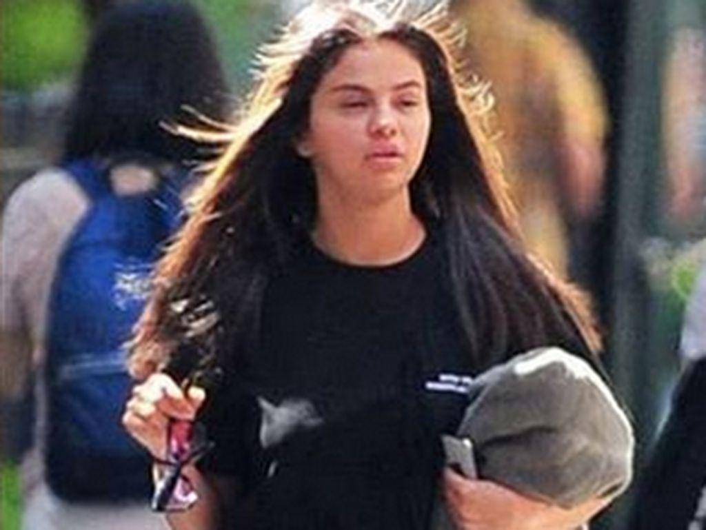 Dengan mata sembab, Selena Gomez curi pehatian nettizen. Foto: Dok. Instagram//selenadreamerss
