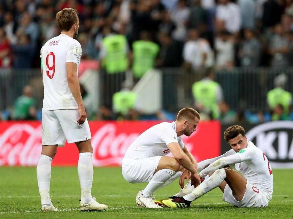 Terlihat Dele Alli ditenangkan Eric Dier usai hasil akhir menyatakan Inggris kalah 1-2 dan gagal ke final. Selanjutnya Inggris tinggal menghadapi Belgia untuk memperebutkan posisi ketiga di Piala Dunia 2018. (Foto: Clive Rose/Getty Images)