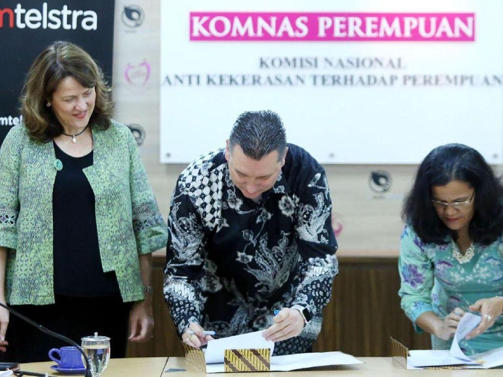Hadir dalam acara tersebut Ketua Komnas Perempuan, Azriana R. Manalu (kanan), Direktur Utama Telkomtelstra, Erik Meijer (tengah) dan CEO ipSCAPE, Fiona Boyd (kiri) usai penandatangan kerjasama Komnas Perempuan dengan Telkomtelstra di Jakarta, Kamis (12/7). Foto: dok. Komnas Perempuan