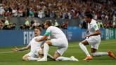Kiera Trippier merayakan gol bersama Harry Kane dan Jesse Lingard. Gol yang dicetak Kieran Trippier ke gawang Kroasia merupakan gol ke-12 timnas Inggris di Piala Dunia 2018. (REUTERS/Darren Staples)