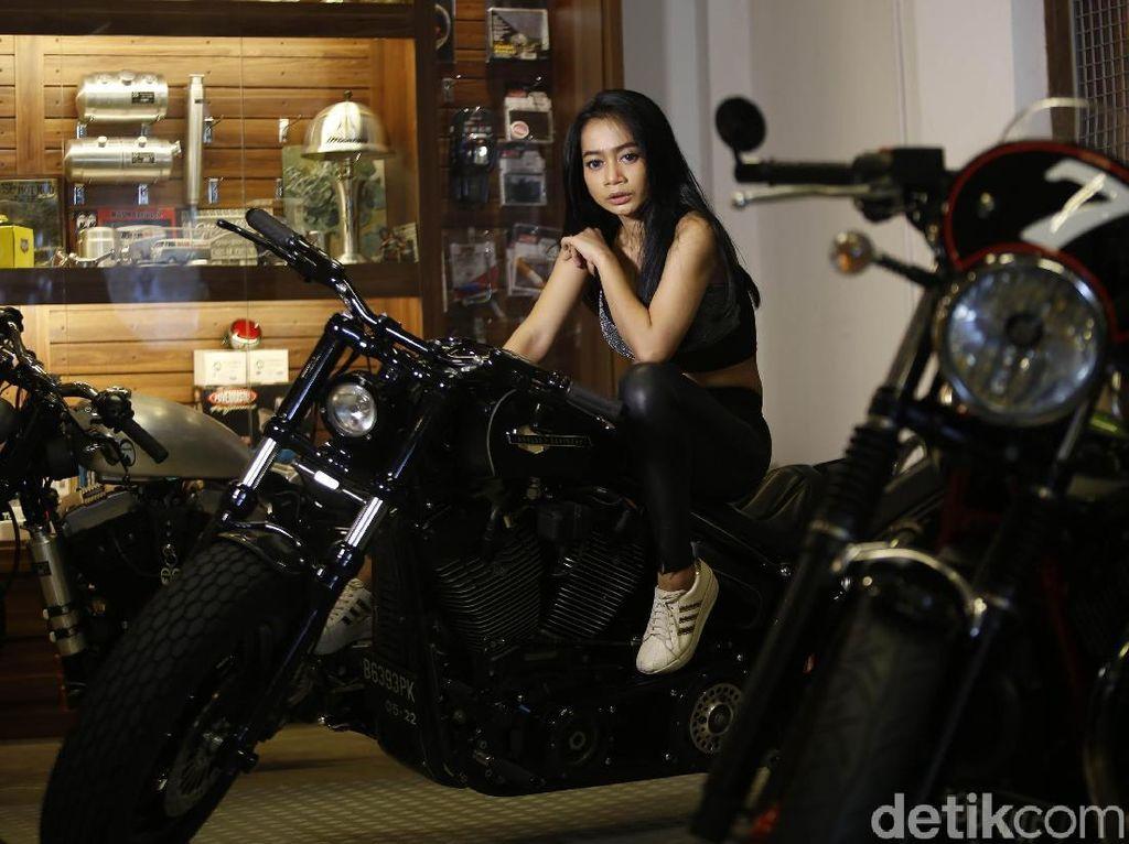 Sesi foto kali ini digelar di Gearhead Monkey Garage yang merupakan dealer Mooneyes Jakarta, yang menjual pernak pernik dan aksesoris motor cukup tersohor di Ibukota.