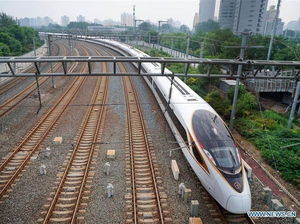Kereta ini bernama Fuxing Bullet Train yang berangkat dari Stasiun Kereta Beijing Selatan di Beijing. Fuxing artinya rejuvenation atau muda kembali. Chinaplus/Istimewa.