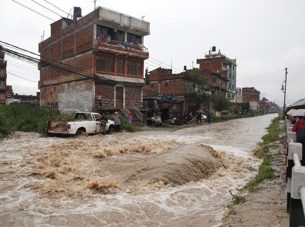 Arus deras membanjiri jalan-jalan di kota Bhaktapur, Nepal, Kamis (12/7/2018) waktu setempat. Navesh Chitrakar/Reuters.