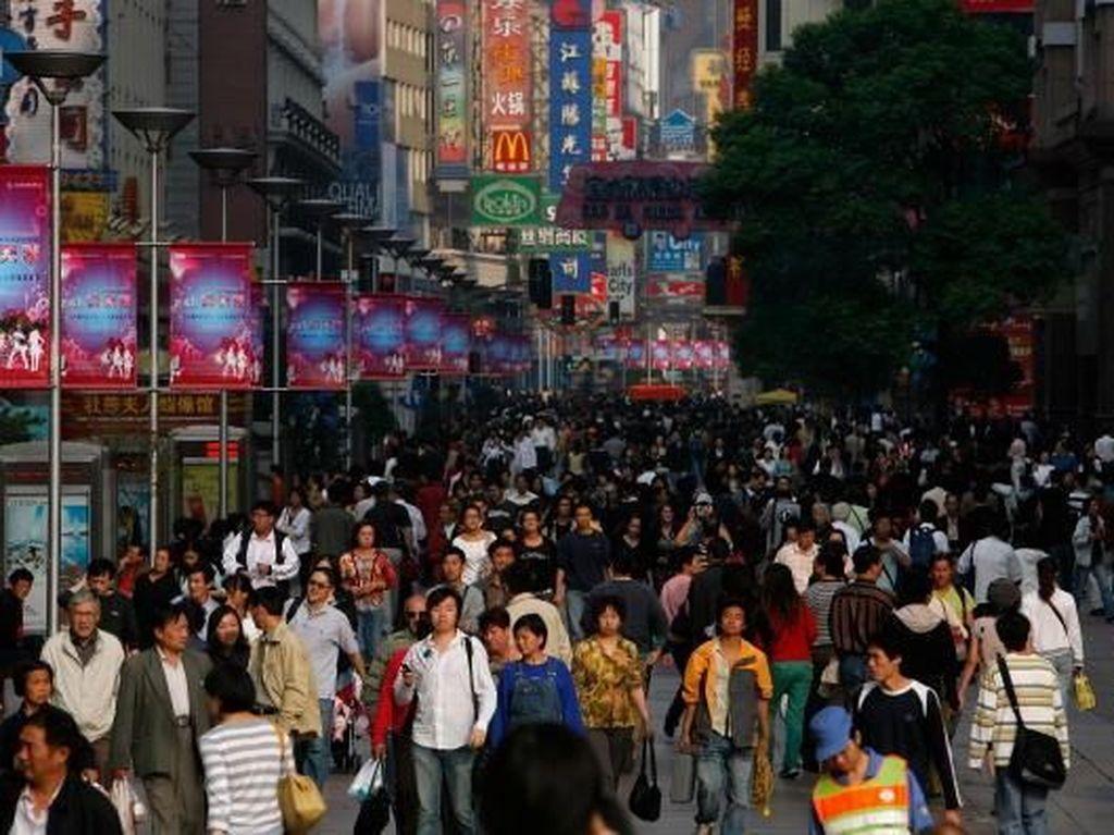 Kota Shanghai juga termasuk dalam kota paling sibuk di dunia. Karena di kota ini roda perekonomian China berputar. China Photos/Getty Images.