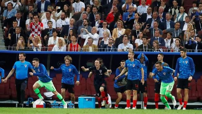 Pemain cadangan Kroasia bergembira setelah wasit Cuneyt Cakir meniup peluit penjang tanda berakhirnya pertandingan. (REUTERS/Maxim Shemetov)