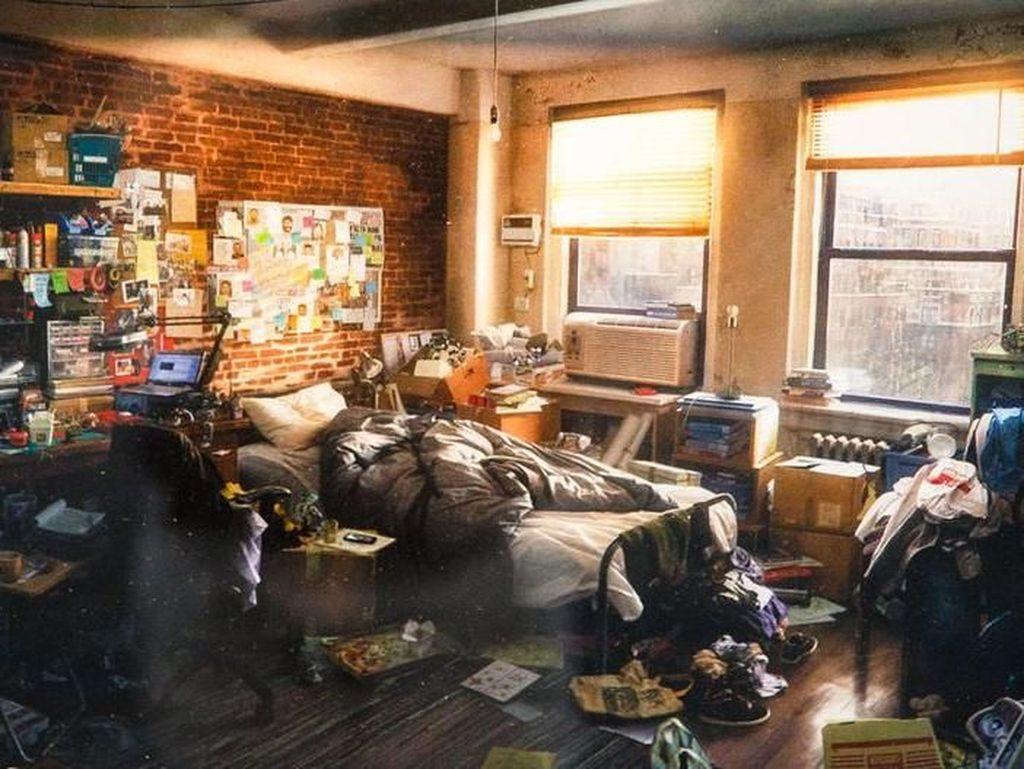 Karya seni ciptaan Dennis Chan ini berasal dari game Marvels Spider Man dan berjudul Peter Parkers Apartment Concept. Foto: Josh Miller/CNET