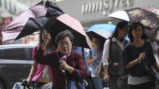 Semua sekolah di kota itu pun ditutup ketika topan itu menerjang pada Rabu pagi. (Reuters/Eason Lam)