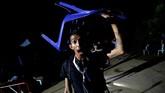 Ekspresi gembira seorang wartawan saat meninggalkan kompleks gua Tham Luang, Chiang Rai, Thailand, Selasa (10/7). (REUTERS/Soe Zeya Tun)