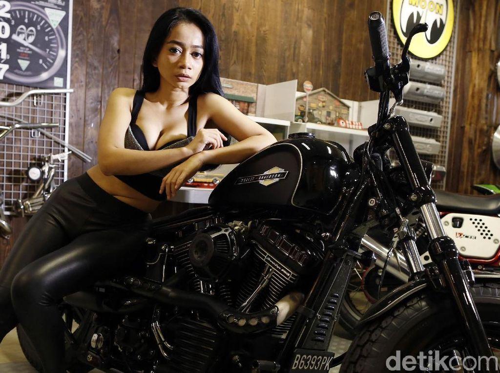 Beberapa pose manja juga ia tunjukan sambil menyender ke badan motor gede Harley Davidson.