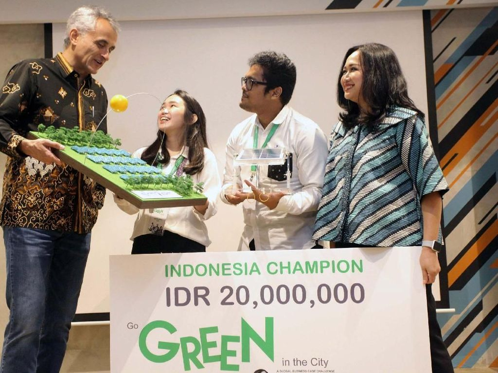Country President Schneider Electric Indonesia Xavier Denoly (kiri) didampingi Human Resources Director Indah Prihardini (kanan) menyerahkan hadiah kepada pemenang Kompetisi Schneider Electric Go Green in The City 2018 di Jakarta, Kamis (12/7/2018).