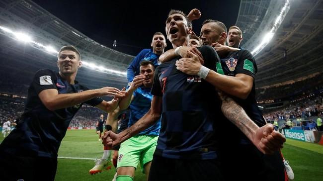 Mario Mandzukicmerayakan gol dengan rekan setimnya usai membobol gawang Inggris. Total Mandzukic sudah mencetak 31 gol sepanjang kariernya bersama timnas Kroasia. (REUTERS/Carl Recine)