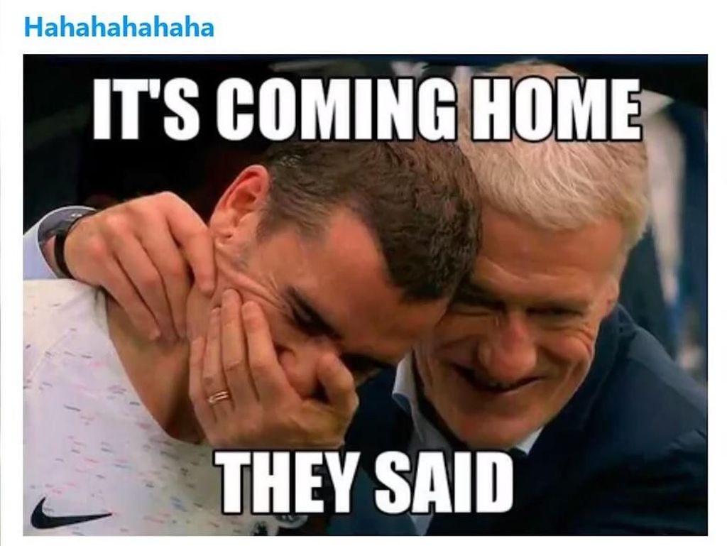 Didier Deschamps digambarkan tertawa mendengar its coming home tak jadi kenyataan. Foto: Internet