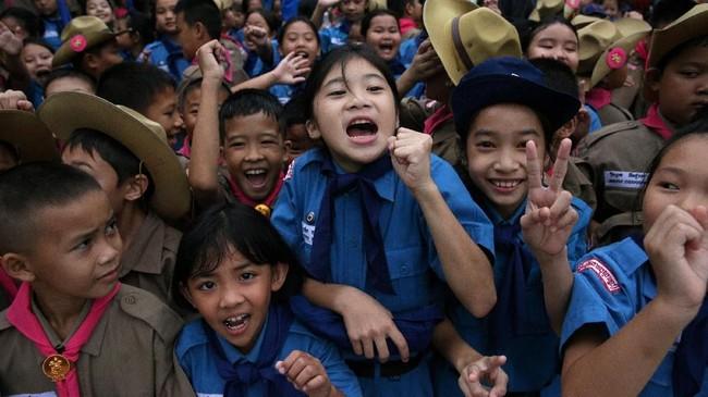 Kegembiraaan para siswa yang berkumpul di depan Rumah Sakit Chiang Rai Prachanukroh di mana 12 remaja dan pelatihnya dirawat setelah berhasil dikeluarkan dari Gua Tham Luang, Chiang Rai, Thailand Utara, Rabu (11/10). (REUTERS/Athit Perawongmetha)