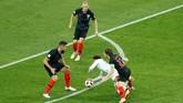 Gelandang Inggris Dele Alli dijatuhkan Luka Modric di depan kootak penalti Kroasia. Pelanggaran ini merupakan awal dari gol Inggris yang dicetak Kieran Trippier menit kelima. (REUTERS/Damir Sagolj)
