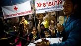 Kegembiraan juga dirasakan relawan di pusat media kompleks Tham Luang, Chiang Rai, Thailand, Rabu (10/7). (REUTERS/Soe Zeya Tun)