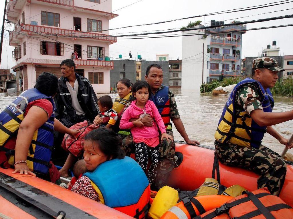 Genangan air yang semakin meninggi membuat warga di kota Bhaktapur, Nepal dievakuasi menggunakan perahu karet oleh tim penyelamat. Navesh Chitrakar/Reuters.