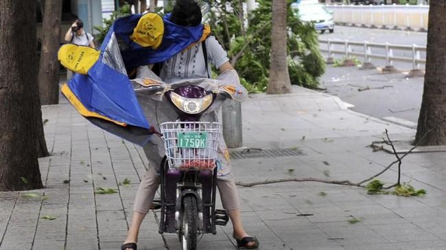Pemerintah pun melakukan langkah antisipasi dengan mengevakuasi lebih dari 270 ribu warga di Kota Wenzhou, Provinsi Zhejiang. (China Daily via Reuters)