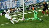 Harry Kane gagal mencetak gol setelah kesempatan yang dimilikinya untuk membobol gawang Kroasia dianggap sebagai pelanggaran. (REUTERS/Damir Sagolj)