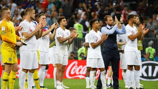 Pelatih timnas InggrisGareth Southgate dan para pemainnya bertepuk tangan kepada penonton sebagai rasa terima kasih atas dukungan yang diberikan dalam laga melawan Kroasia. (REUTERS/Kai Pfaffenbach)