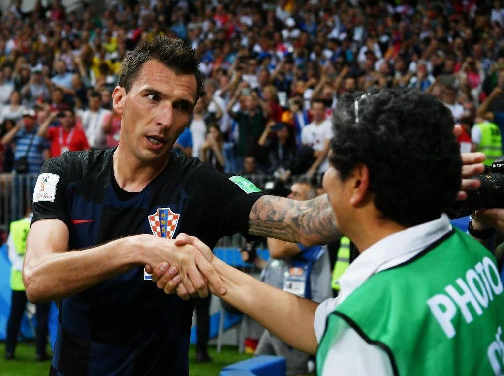 Mandzukic bersalaman dengan si fotografer. Bisa jadi, Mandzukic sekalian minta maaf. Foto: Dan Mullan/Getty Images