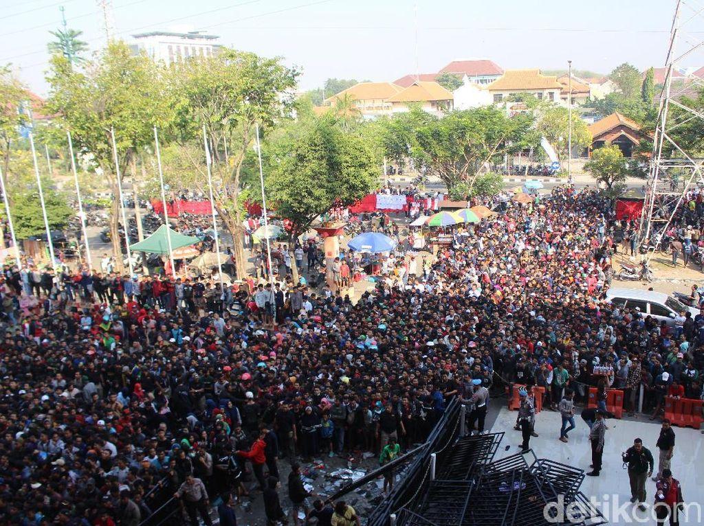 Sementara itu, menurut kordinator panitia, Bandung Saputra, mengatakan bahwa penjualan tiket dimulai pukul 09.00. Tiket pertandingan Piala AFF 2018 dibagi dalam tiga katagori. Untuk tiket VIP seharga Rp 150 ribu, tiket Utama dipatok Rp 100 ribu, sementara katagori ekonomi dijual Rp 100 ribu.