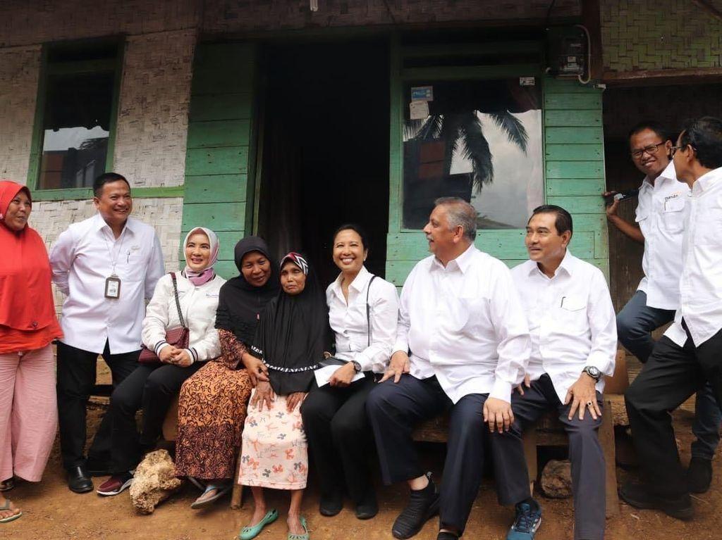 Menteri BUMN, Rini M. Soemarno mengunjungi warga kurang mampu di Kabupaten Tasikmalaya. Dok. PLN.