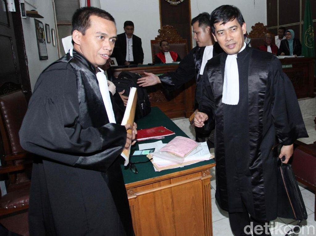 Gatot tak hadir dalam sidang karena sakit. Tim kuasa hukum pun belum mengambil keputusan soal banding.