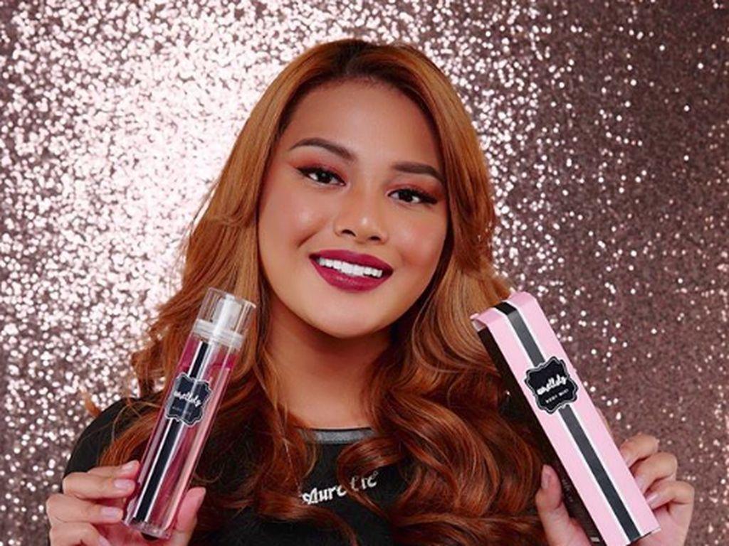 Aurel bahkan merilis berbagai macam produk kecantikan dan salah satunya adalah lipstik cair yang disebut mirip dengan milik Kylie Jenner.Dok. Instagram/aurelie.hermansyah