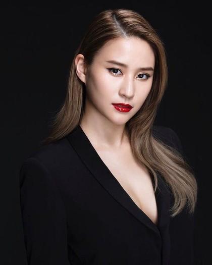 10 Potret Cantik Laurinda Ho, Putri Raja Judi Terkaya di Macau
