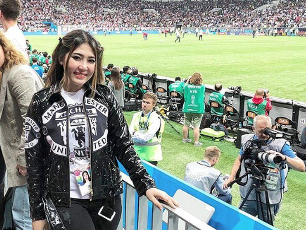 Via Vallen menyaksikan pertandingan Kroasia vs Inggris di Rusia. Namun ada saja ulah netizen yang berkomentar soal Marko Simic dan De Gea. Foto: Dok. Instagram/viavallen