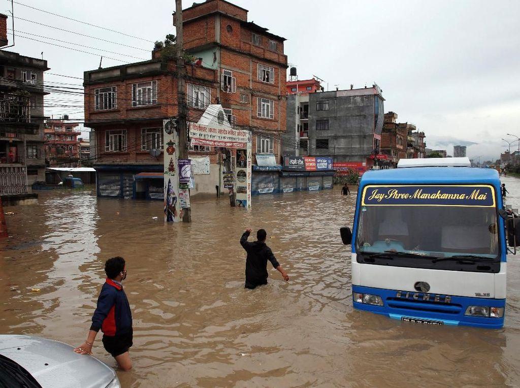 Banjir itu diketahui mencapai paha orang dewasa dengan arus yang lumayan kencang. Navesh Chitrakar/Reuters.