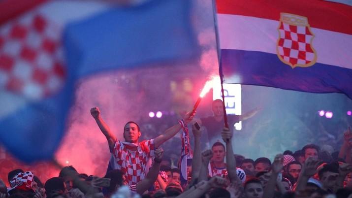 Soccer Football - World Cup - Semi-Final - Croatia v England - Zagreb, Croatia - July 11, 2018. Croatia's fans watch the broadcast of the World Cup semi-final match between Croatia and England in the fan zone. REUTERS/Antonio Bronic