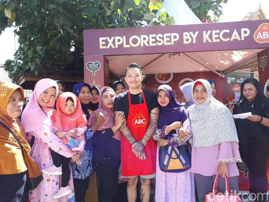 Di hari terakhir, ibu-ibu pengajian Al Mukaromah Mataram antusias foto bersama Chef Aga. Foto: dokdetikFood
