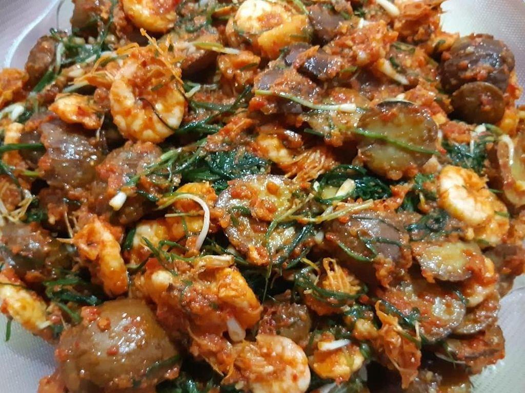 Begini nih jadinya kalau jengkol dicampur udang dan bawang rambu. Hidangan unik ini dinamai sambal goreng pedas oleh akun @wahyunihutabarat. Kelihatannya enak, ya! Foto: Instagram