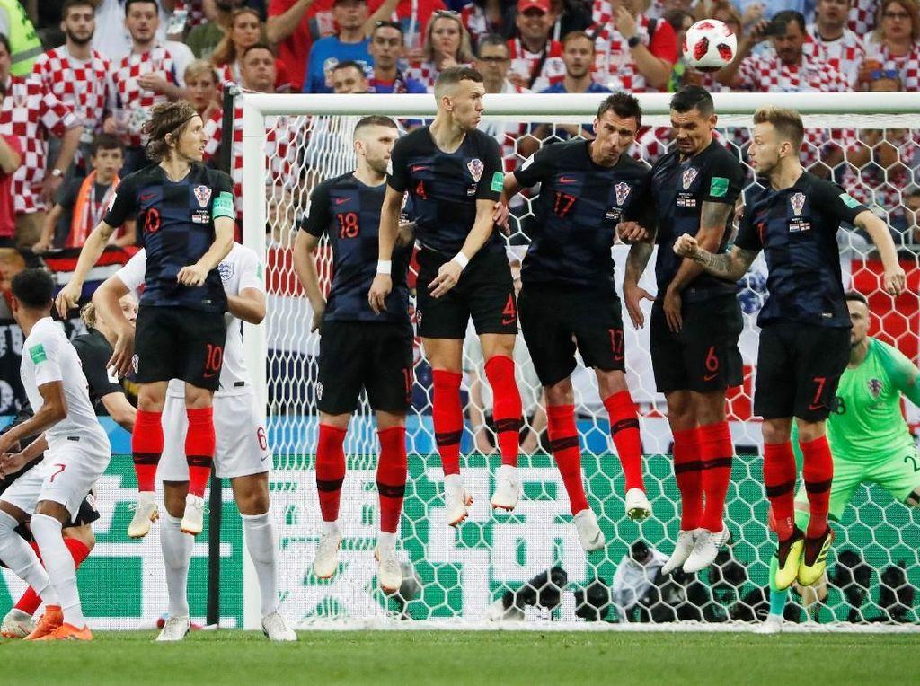 Kieran Trippier bisa mengeksekusi tendangan bebas itu menjadi gol. Inggris memimpin 1-0 di menit kelima. (Foto: Grigory Dukor/Reuters)