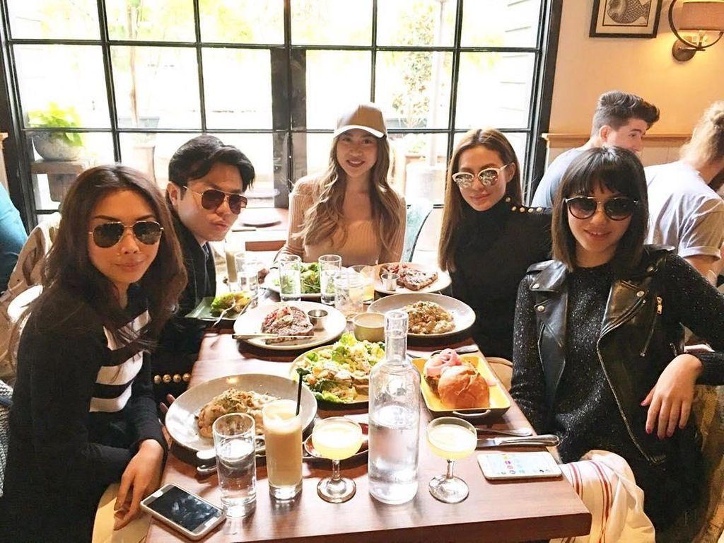 Rayakan ulang tahun, Kezia memilih makan siang bersama dengan teman-teman terdekatnya di sebuah restoran. Foto: Instagram @keziatoemion
