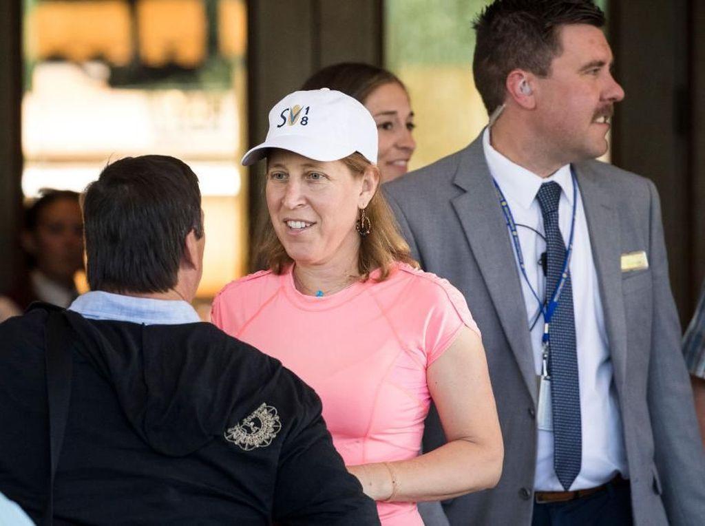 CEO YouTube, Susan Wojckicki memakai kaos pink yang tidak tampak mewah meski dia begitu kaya. Foto: Getty Images