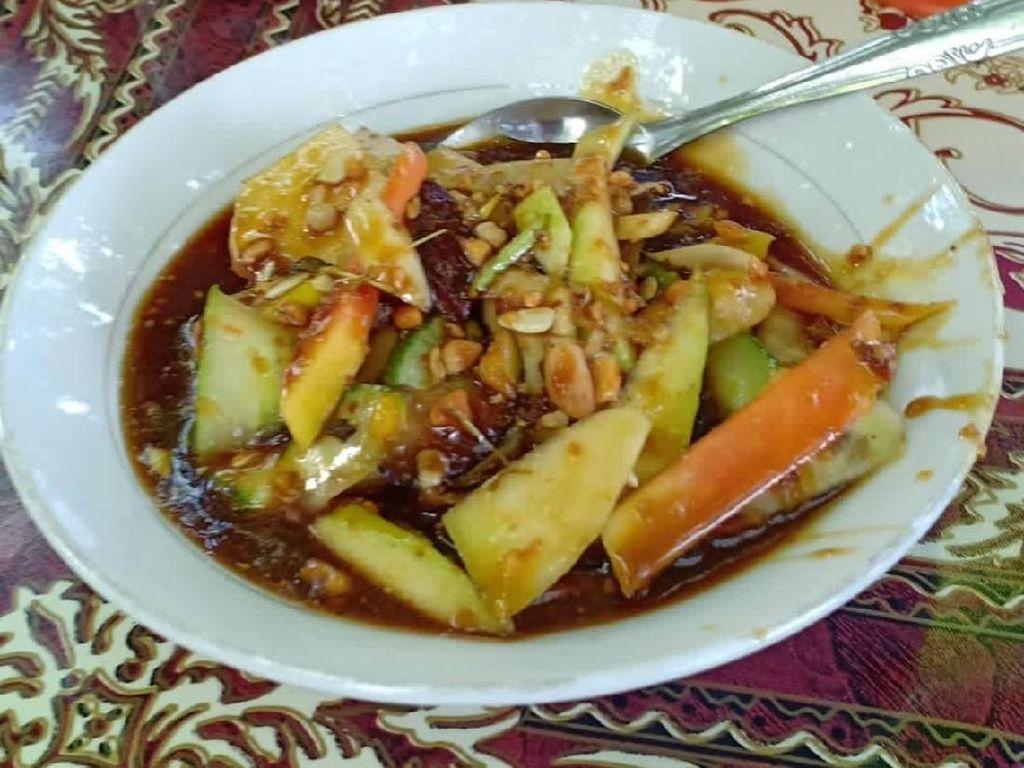 Ini rujak Aceh yang dinikmati @romisucisusanti saat pulang ke Geudong. Buah rumbia dalam bumbunya bikin rujak jadi kecut enak.Foto: Instagram @romisucisusanti