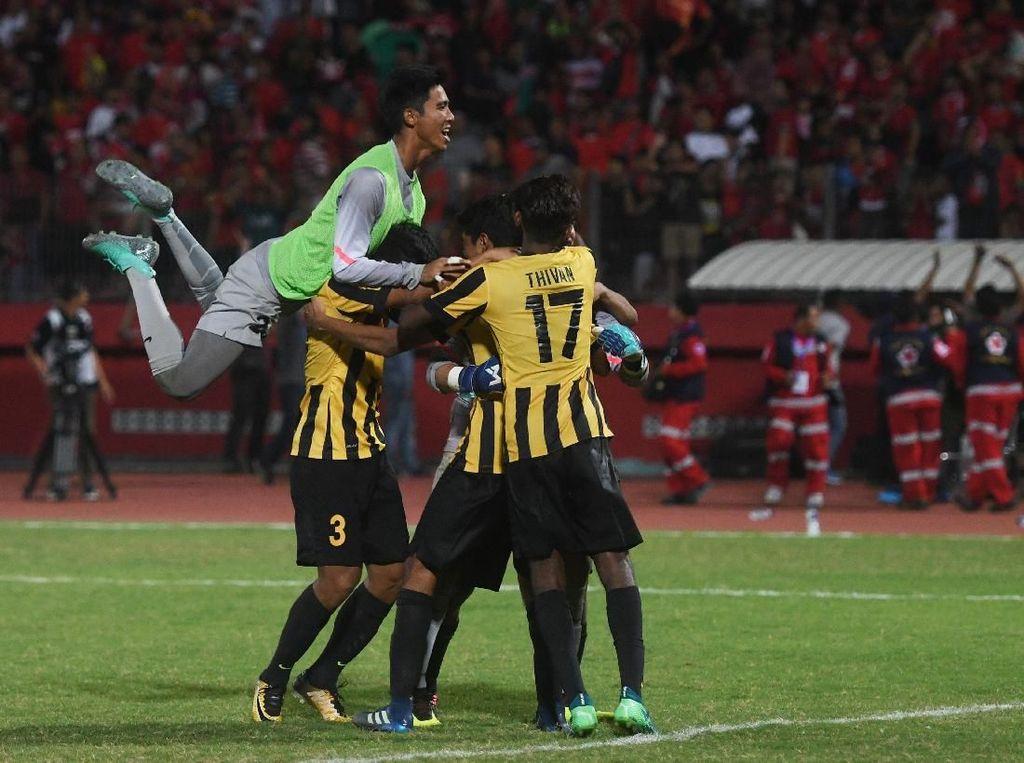 Para pemain Malaysia merayakan keberhasilan mereka ke final. ANTARA FOTO/Zabur Karuru.