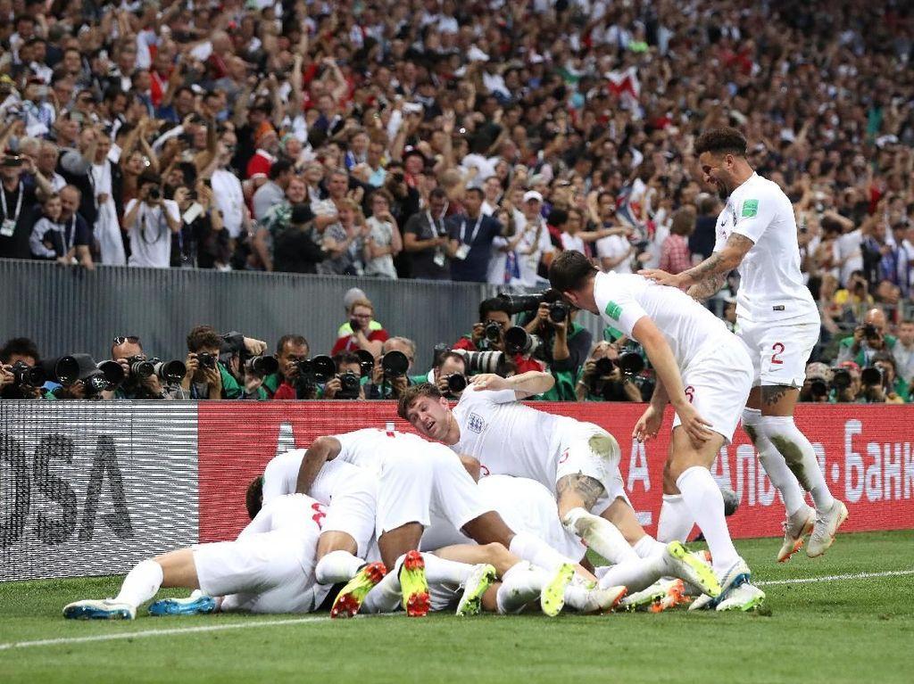 Pemain Inggris pun merayakan gol tersebut dengan sukacita. Keunggulan membuat prediksi The Three Lions lolos ke final kian tampak ketika itu. (Foto: Ryan Pierse/Getty Images)
