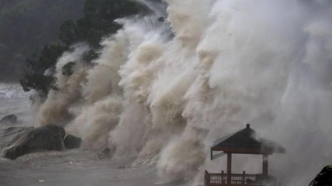 Topan ini diperkirakan masih akan terus berputar hingga akhir pekan. Sebagian wilayah Fujian dan Jiangxi pun dikhawatirkan bakal dilanda banjir dan longsor. (Ke Zongqing/CNS via Reuters)