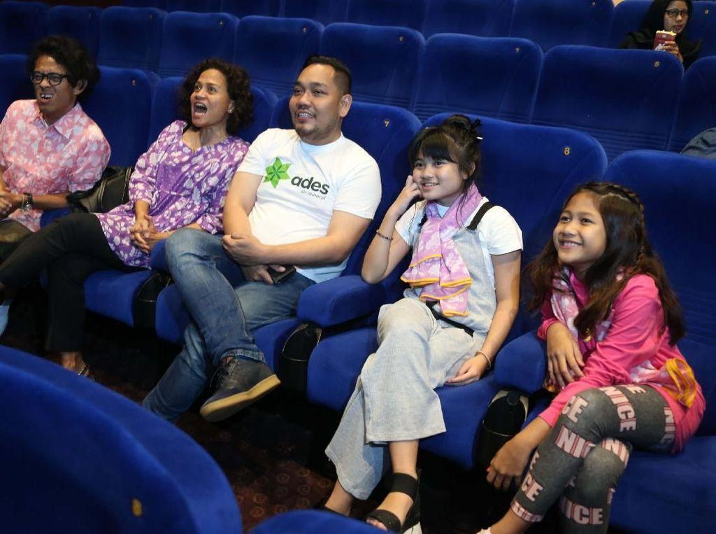 Marketing Manager hydration, PT Coca-Cola Indonesia Mohamad Rezki Yunus (baju putih); bersama produser film Kulari Ke Pantai, Mira Lesmana (baju ungu); sutradara, Riri Riza (baju merah muda); beserta kedua pemain utama Maisha Kanna (jaket pink) dan Lilli Latisha (scarf ungu) tampak saling berbincang di acara nonton bareng di Jakarta Kamis (12/7). Pool/Miles Films.
